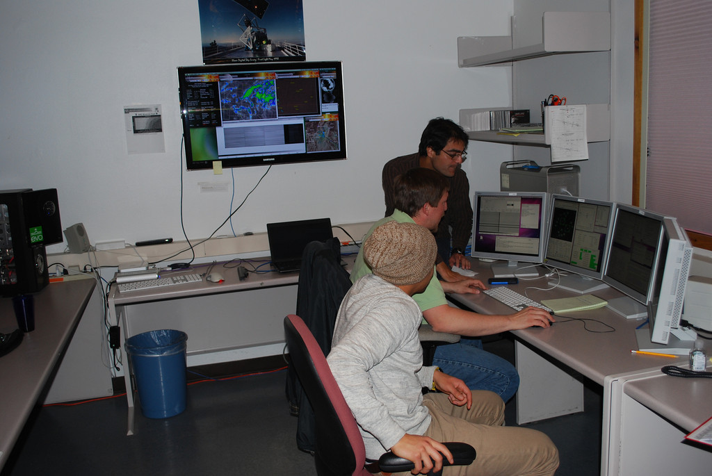 Moses Marchante (SDSS Telescope Operations Specialist) introduces Daniel and Mario to the interface software used to control the telescope and the APOGEE instrument.